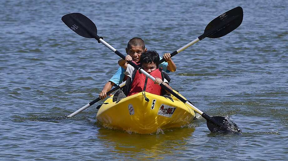 Participantes en el Eco Campo, Tony Chapa, al frente. y Jonathan Guzman, durante una práctica de canotaje en el Parque Internacional del Lago Casa Blanca, el jueves por la mañana. El campamento es organizado por el Rio Grande International Study Center. (Foto por Cuate Santos/LMT)