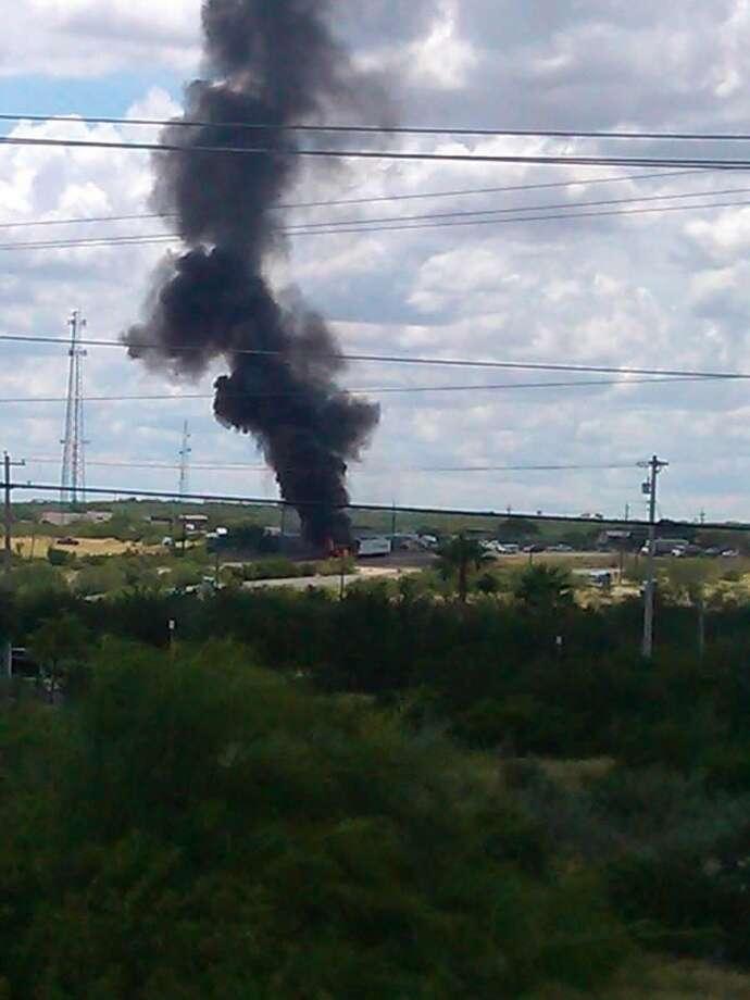 La imagen muestra el humo que podía ser observado desde distancia, debido al incendio de un trailer en Mines Road y Pico Road. (Foto de cortesía/Jael Elizondo)
