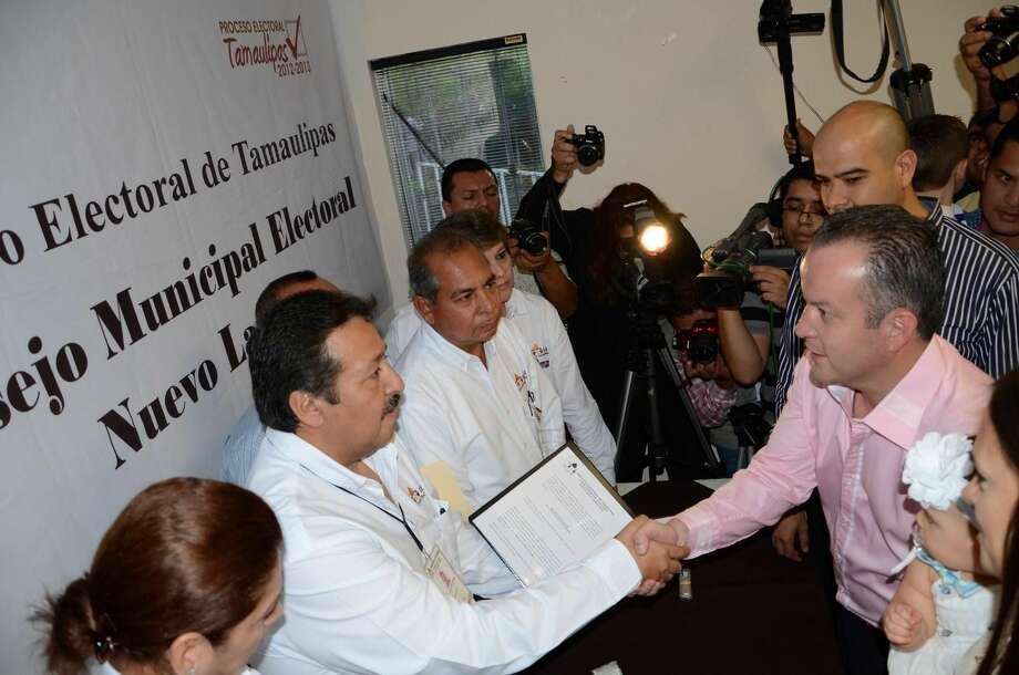 Momento en que Carlos Canturosas Villarreal recibió su constancia de mayoría como Presidente Municipal electo de Nuevo Laredo, México, para el periodo 2013-2016. (Foto de cortesía/PAN)