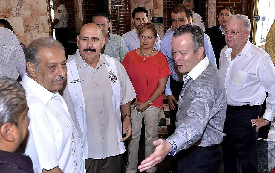 Juan Narváez, Alcalde interino de Laredo, segundo de izquierda a derecha, y el Alcalde Raúl G. Salinas, son presentados al Presidente Municipal Electo de Nuevo Laredo, México, Carlos Canturosas Villarreal, y parte de su cabildo. (Foto por Cuate Santos/LMT)