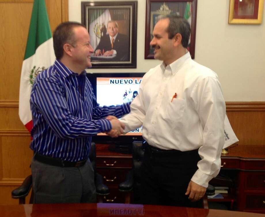 El Presidente Municipal de Nuevo Laredo, México, Benjamín Galván Gómez, a la derecha, y el Presidente Municipal Electo, Carlos Canturosas Villarreal, realizaron su primera reunión de acercamiento el viernes 23 de agosto. (Foto de cortesía)