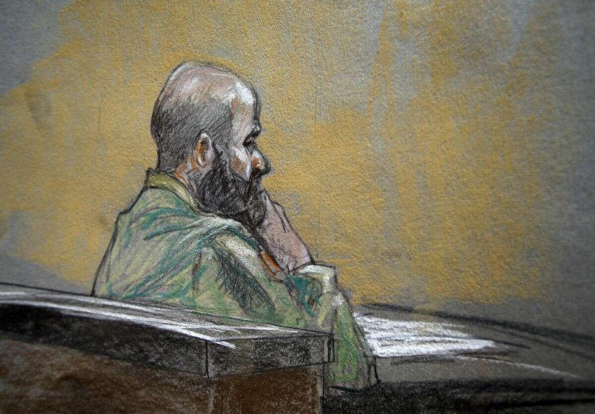 En este dibujo de tribunal se observa al mayor del ejército de Eu Nidal Malik Hasan durante los argumentos de cierre de su corte marcial, el 22 de agosto. El siquiatra del ejército en juicio por la masacre de 2009 en Fort Hood fue sentenciado a la pena de muerte. (AP Foto/Brigitte Woosley)