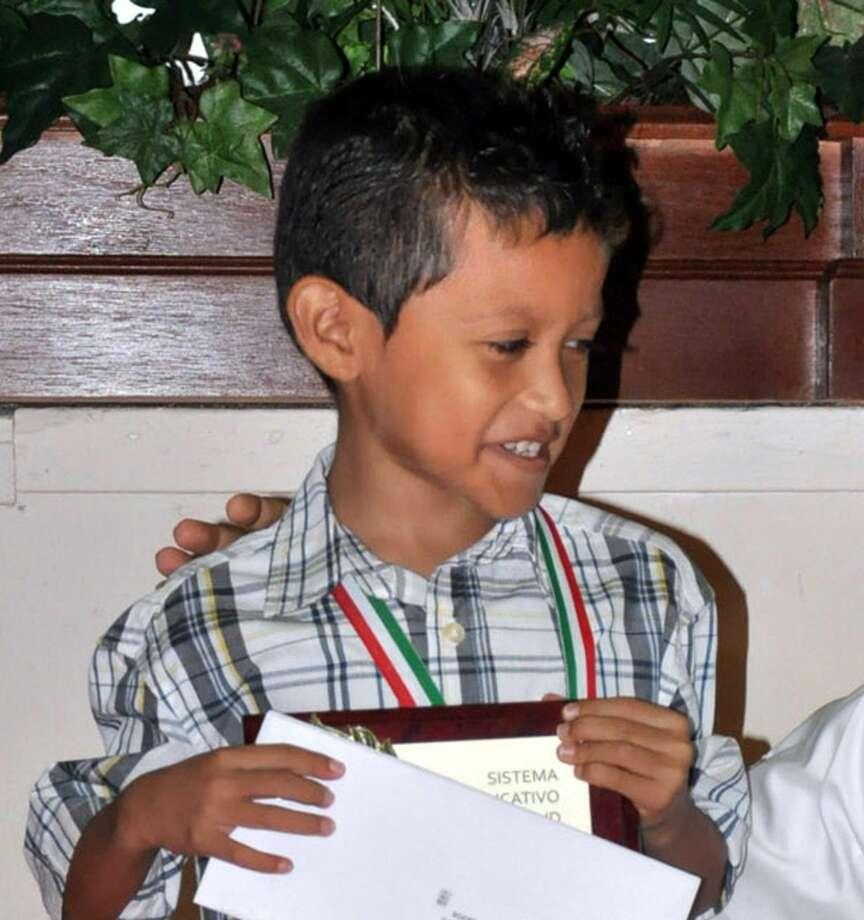Cristian Gael Bojórquez Gallardo, de 8 años de edad, alumno del tercer grado en la escuela primaria Rafael Ramírez, sonríe tras recibir un apoyo económico para continuar compitiendo. (Foto de cortesía)