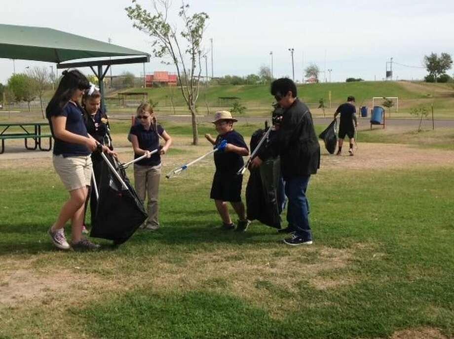 Oscar Medina, de Oscar's Clenan-Up Club, y amigos, estuvieron el viernes por la mañana realizandl la limpieza del Parque Father McNaboe. (Foto por Miguel Timoshenkov/LMT)