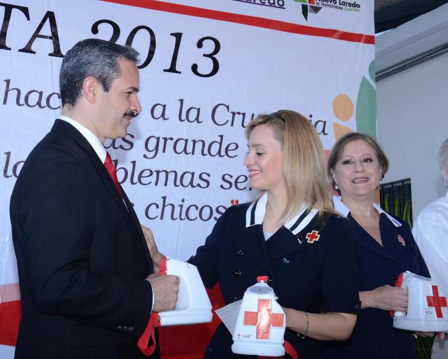 Benjamín Galván Gómez, Presidente Municipal de Nuevo Laredo, México, y Martha Alicia Aldapa, Presidenta del Sistema DIF, listos para iniciar la campaña de boteo en respaldo a la Cruz Roja Mexicana. (Foto de cortesía)