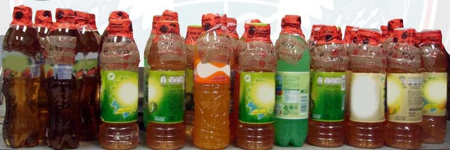 Botellas donde fue encontrada supuesta metanfetamina líquida por parte de agentes de Aduanas y Protección Fronteriza. (Foto de cortesía)