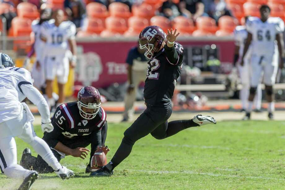 October 22 2016:  Texas Southern Tigers place kicker Eric Medina (32) makes a field goal in the second quarter during the NCAA football game between the Jackson State Tigers and Texas Southern Tigers, Texas.  (Leslie Plaza Johnson/Freelance) Photo: Leslie Plaza Johnson, For The Chronicle / Freelance