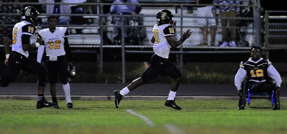 Woodville's Zackary Martin sprints up the side in his bid toward the end zone during Friday's game at Kountze. Photo taken Friday, October 21, 2016 Kim Brent/The Enterprise Photo: Kim Brent / Beaumont Enterprise