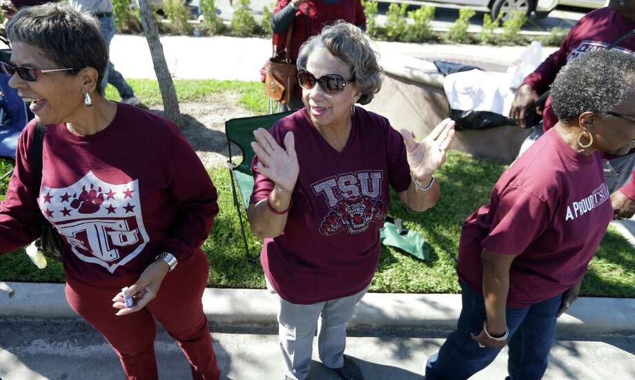 Alma Henley, center, a member of Texas Southern University class of 1961, watches the TSU homecoming parade Saturday, Oct. 22, 2016, in Houston. Photo: Melissa Phillip, Houston Chronicle / © 2016 Houston Chronicle