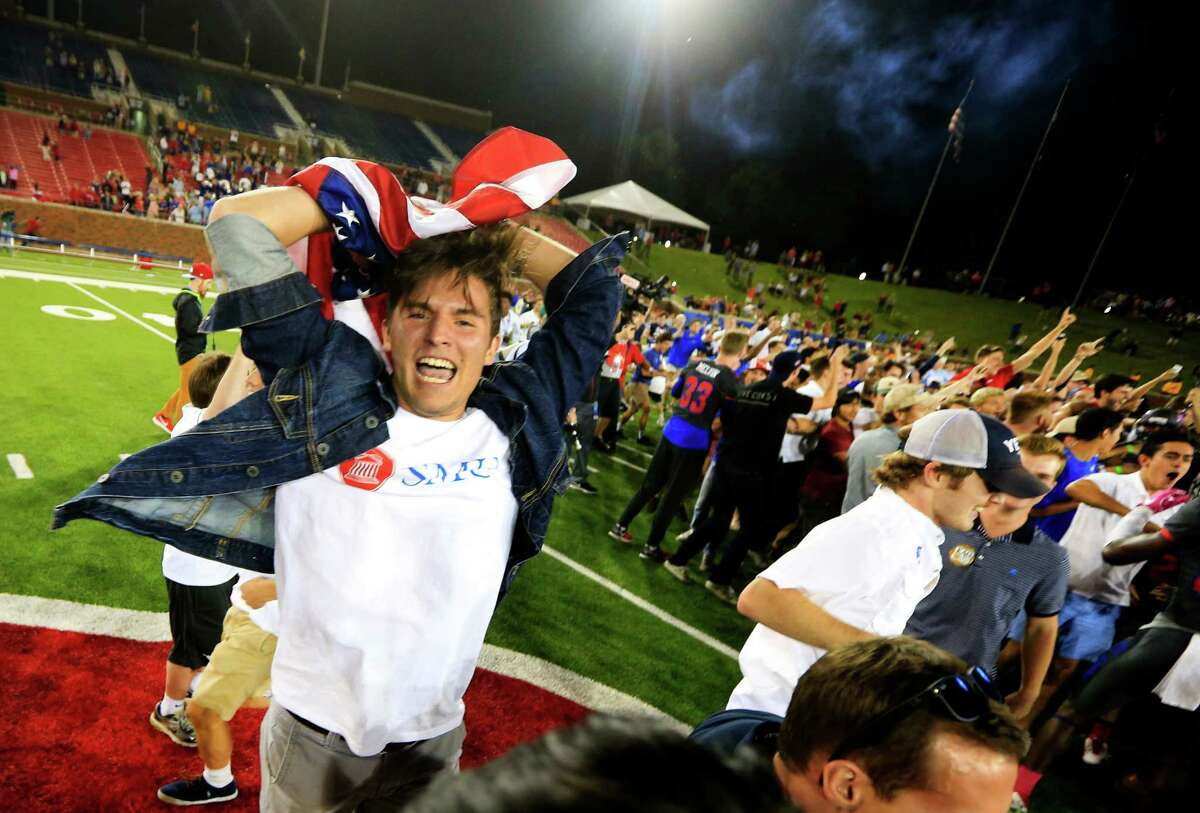 SMU fans rush the playing field following SMU's 38-16 win overHouston in an NCAA college football game, Saturday, Oct. 22, 2016, in Dallas. (AP Photo/Ron Jenkins)
