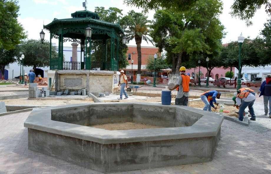 Un grupo de trabajadores realizando renovaciones en la Plaza Juárez, en el Centro de Nuevo Laredo, México. Foto de cortesía