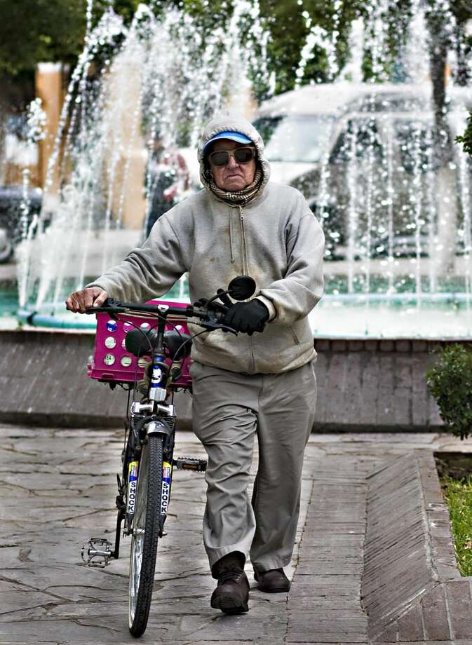 Un hombre camina protegiéndose del frío en la Plaza Hidalgo, en Nuevo Laredo, México. (Foto de archivo/LMT)