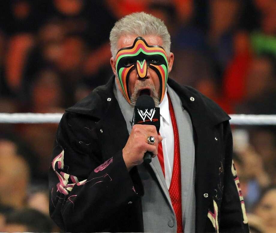 En esta imagen del lunes, James Hellwig, mejor conocido como The Ultimate Warrior, habla al público durante el WWE Monday Night Raw en el Smoothie King Center en New Orleans. La WWE informó el miércoles que Hellwig murió el martes. (AP Photo/NOLA.com)