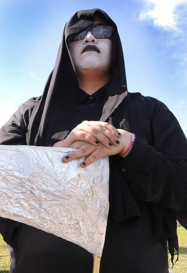 Grim consequencesUnited High School student Alondra Cavazos portrays the Grim Reaper in the Shattered Dreams mock crash Thursday morning at the school. The aim of the event is to show students the real-life consequences of drunk driving. (Photo by Cuate Santos/Laredo Morning Times)