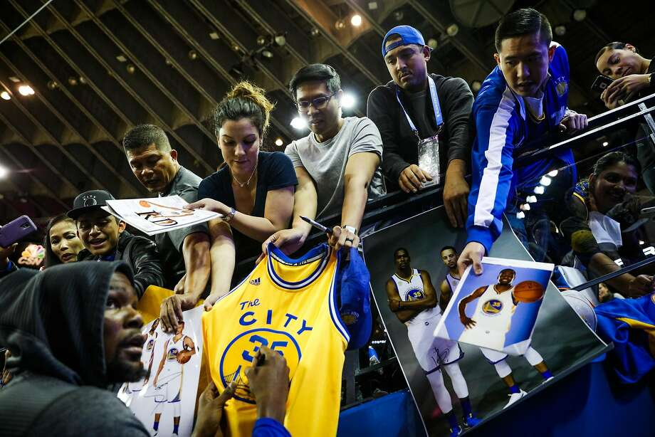 Warriors forward Kevin Durant, #35, signs autographs for fans, ahead of a game between the Warriors vs. the Spurs, at Oracle Arena, in Oakland, California, on Tuesday, Oct. 25, 2016. Photo: Gabrielle Lurie, The Chronicle
