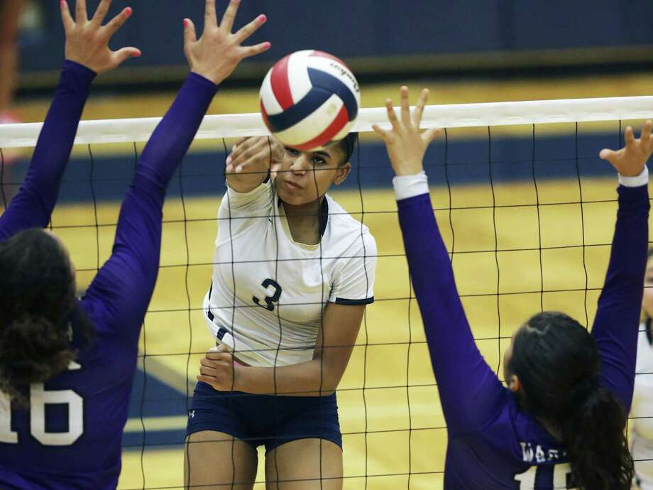 Aspen thompson threads a shot through defenders for the Panthers as O'Connor beats Warren 3-0 in volleyball at Taylor Field House on October 25, 2016 Photo: TOM REEL, STAFF / SAN ANTONIO EXPRESS-NEWS / 2016 SAN ANTONIO EXPRESS-NEWS