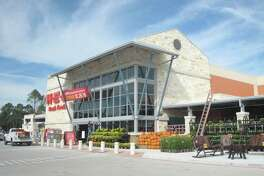 Bright and early on the morning of Wednesday, Oct. 26, the doors to the new H-E-B Kingwood Market opened for shoppers, welcoming them to 106,000 square feet of fresh and organic produce, fresh baked goods and aisles of freshly stocked product.