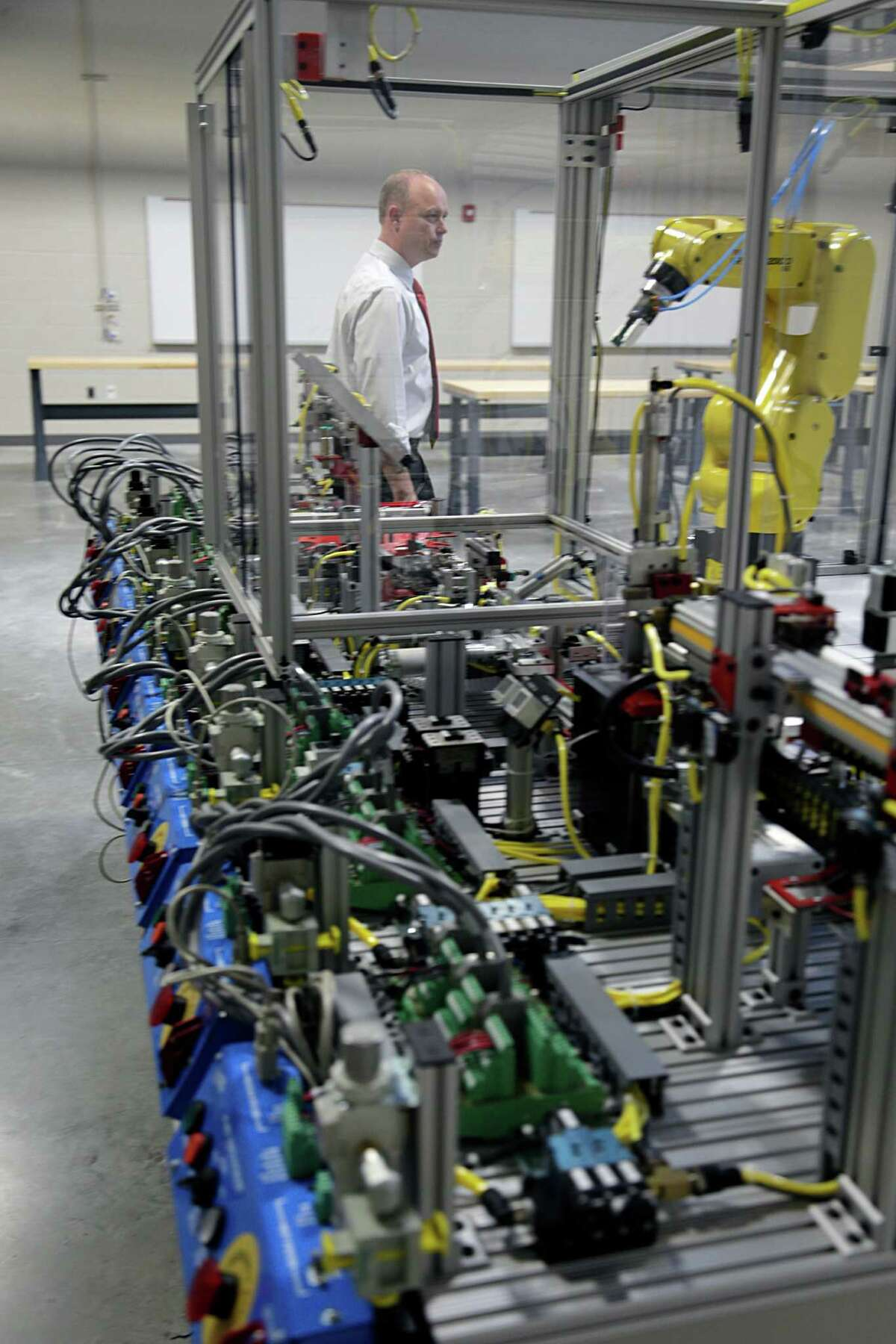 A robotic unit in the Robotics and Mechatronics lab at the Houston Community College's Advanced Manufacturing Center of Excellence Oct. 4, 2016, in Stafford. ( James Nielsen / Houston Chronicle )