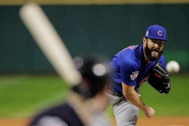 Jake Arrieta de los Cachorros de Chicago lanza en el primer inning contra los Indios de Cleveland en el segundo juego de la Serie Mundial, el miércoles 26 de octubre de 2016. (AP Foto/Gene J. Puskar)
