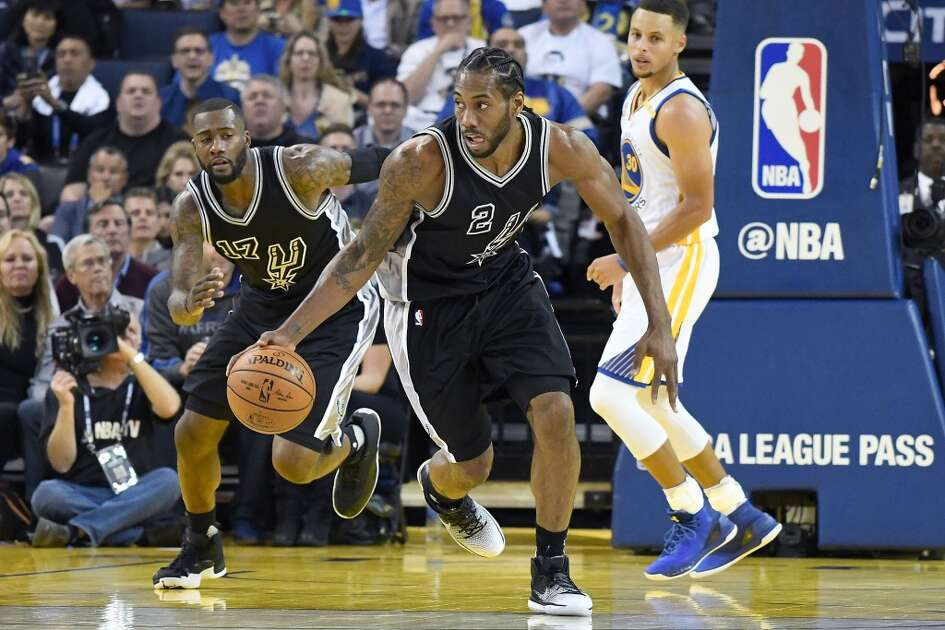 OAKLAND, CA - OCTOBER 25:  Kawhi Leonard #2 of the San Antonio Spurs dribbles the ball up court against the Golden State Warriors during the third quarter in an NBA basketball game at ORACLE Arena on October 25, 2016 Oakland, California. NOTE TO USER: User expressly acknowledges and agrees that, by downloading and or using this photograph, User is consenting to the terms and conditions of the Getty Images License Agreement.  (Photo by Thearon W. Henderson/Getty Images)