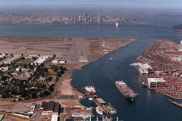 ALAMEDA NAVAL STATION2/C/07SEP95/CD/CS - Aerial view of the Alameda Naval Air Station and the skyline of San Francisco.  Photo taken from Metropolitan Life blimp.  San Francisco Chronicle photo by Chris Stewart