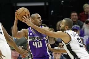 Sacramento Kings guard Arron Afflalo, left, looks to pass against San Antonio Spurs guard Tony Parker during the first quarter of an NBA basketball game in Sacramento, Calif., Thursday, Oct. 27, 2016. (AP Photo/Rich Pedroncelli)