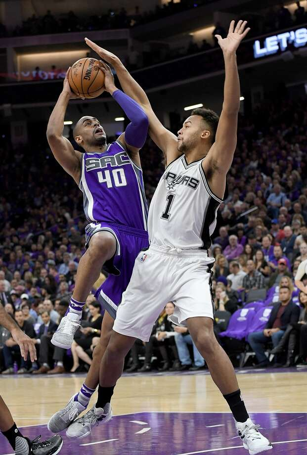 SACRAMENTO, CA - OCTOBER 27:  Arron Afflalo #40 of the Sacramento Kings goes up to shoot over Kyle Anderson #1 of the San Antonio Spurs during the first quarter of an NBA basketball game at Golden 1 Center on October 27, 2016 in Sacramento, California. NOTE TO USER: User expressly acknowledges and agrees that, by downloading and or using this photograph, User is consenting to the terms and conditions of the Getty Images License Agreement.  (Photo by Thearon W. Henderson/Getty Images) Photo: Thearon W. Henderson/Getty Images
