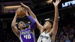 SACRAMENTO, CA - OCTOBER 27:  Arron Afflalo #40 of the Sacramento Kings goes up to shoot over Kyle Anderson #1 of the San Antonio Spurs during the first quarter of an NBA basketball game at Golden 1 Center on October 27, 2016 in Sacramento, California. NOTE TO USER: User expressly acknowledges and agrees that, by downloading and or using this photograph, User is consenting to the terms and conditions of the Getty Images License Agreement.  (Photo by Thearon W. Henderson/Getty Images)