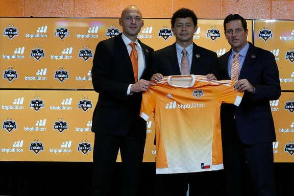 Wilmer Cabrera (centro) posa junto a Matt Jordan y Chris Canetti en su presentación como DT del Dynamo. (Karen Warren / Houston Chronicle)