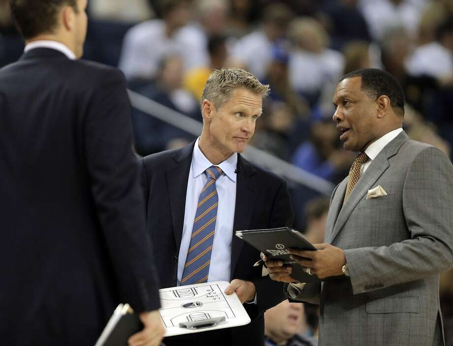 Warriors Head Coach Steve Kerr confers with coach Alvin Gentry in the first half. The Golden State Warriors played the Los Angeles Clippers at Oracle Arena in Oakland, Calif., on Sunday, March 8, 2015. Photo: Carlos Avila Gonzalez / The Chronicle