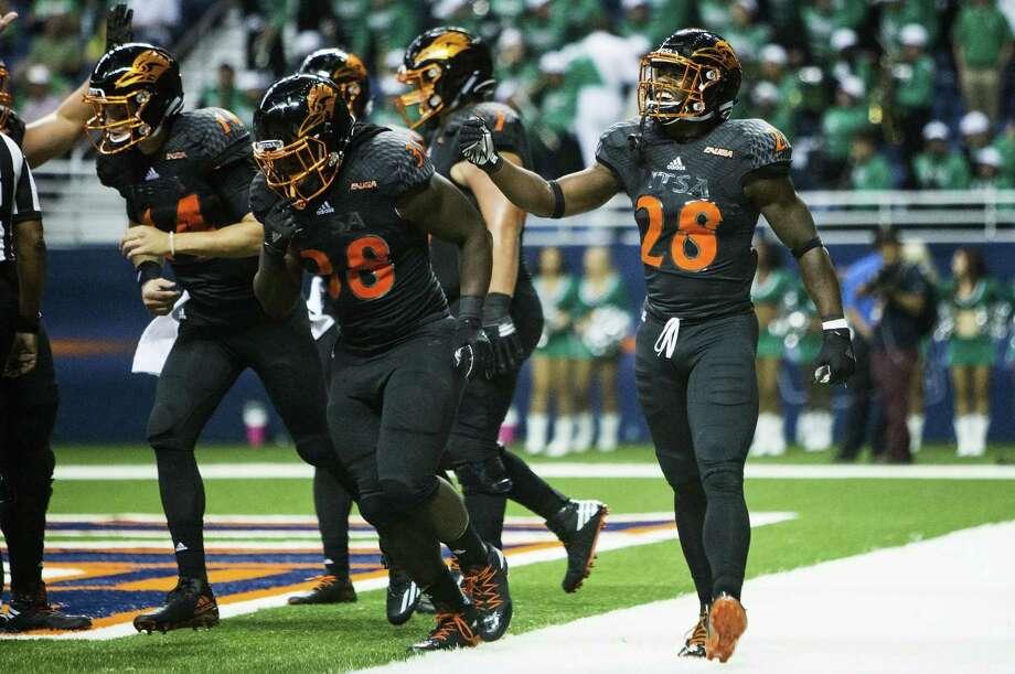 UTSA's Jalen Rhodes (28) celebrates after scoring a touchdown against North Texas at the Alamodome in San Antonio on Oct. 29, 2016. Photo: Matthew Busch /For The Express-News / © Matthew Busch