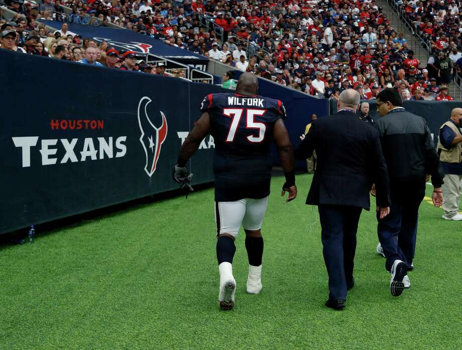 Houston Texans nose tackle Vince Wilfork (75) walks back to the locker room during the third quarter an NFL football game at NRG Stadium, Sunday,Oct. 30, 2016 in Houston. Photo: Karen Warren, Houston Chronicle / 2016 Houston Chronicle