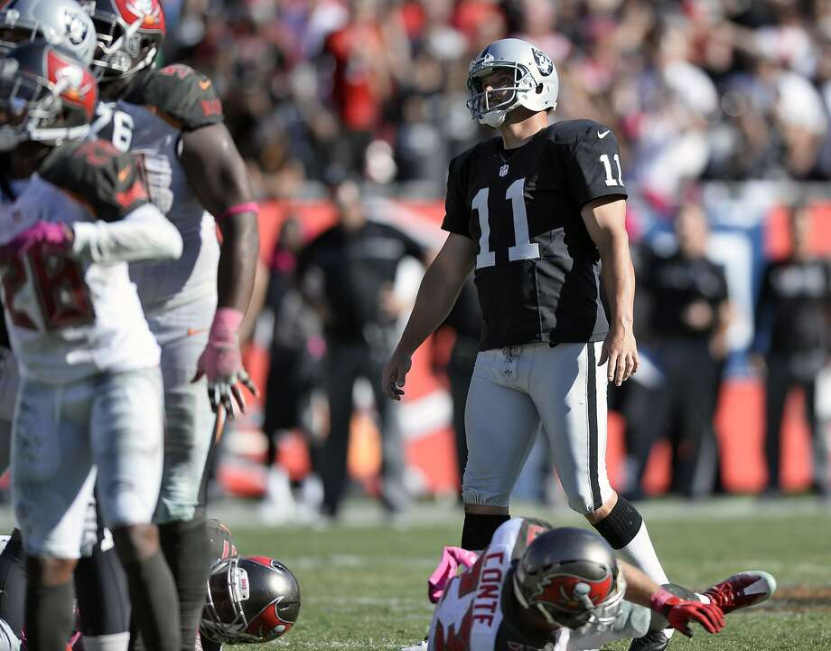 Sebastian Janikowski watches as his potential game-winning, fourth-quarter field goal goes wide. Photo: Jason Behnken, Associated Press