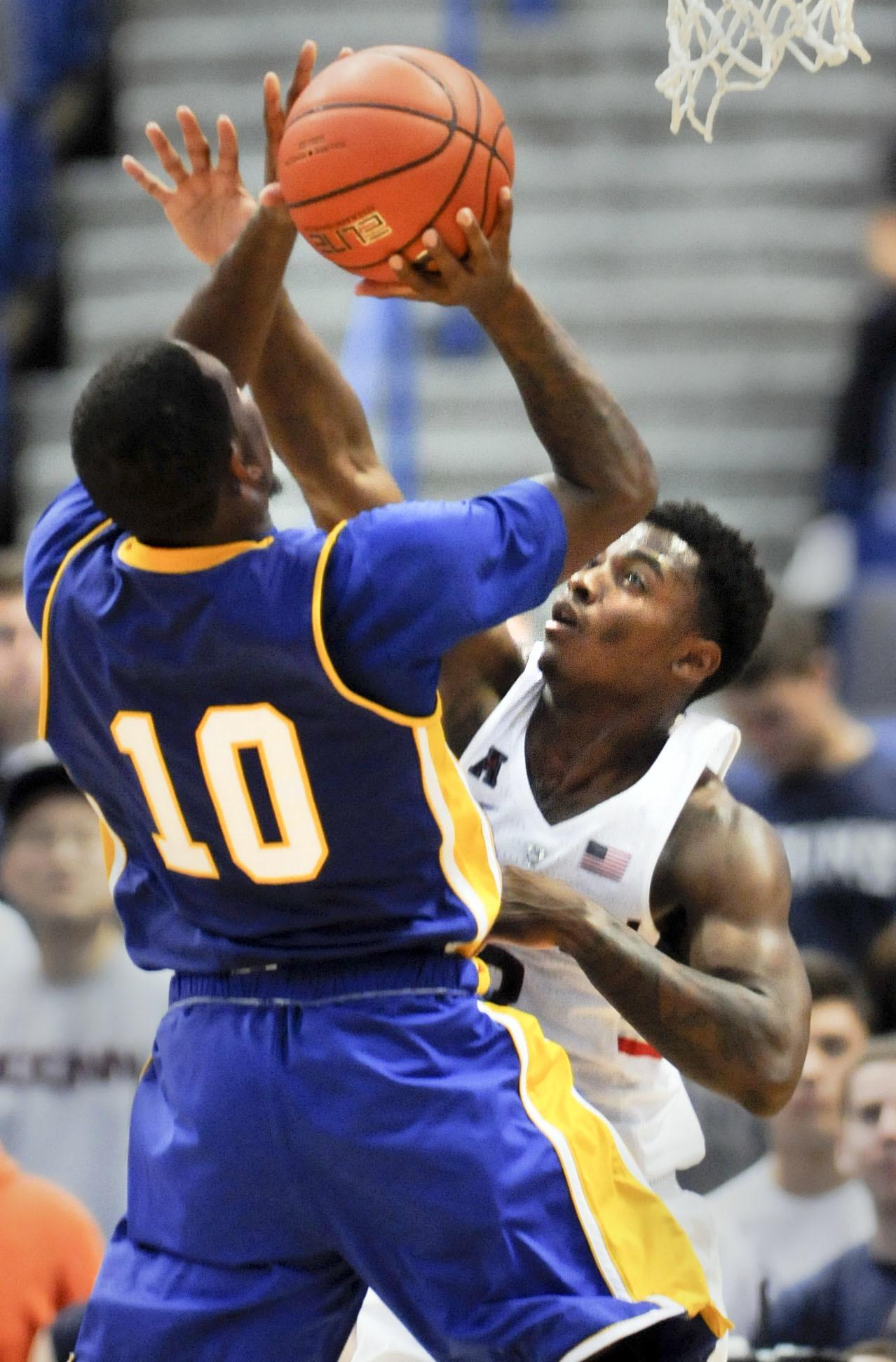 Bridgeport's Upchurch nets 33 for UNH, but UConn wins