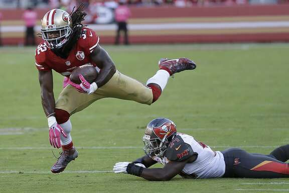 San Francisco 49ers running back DuJuan Harris (32) jumps past Tampa Bay Buccaneers outside linebacker Lavonte David during the second half of an NFL football game in Santa Clara, Calif., Sunday, Oct. 23, 2016. (AP Photo/Ben Margot)