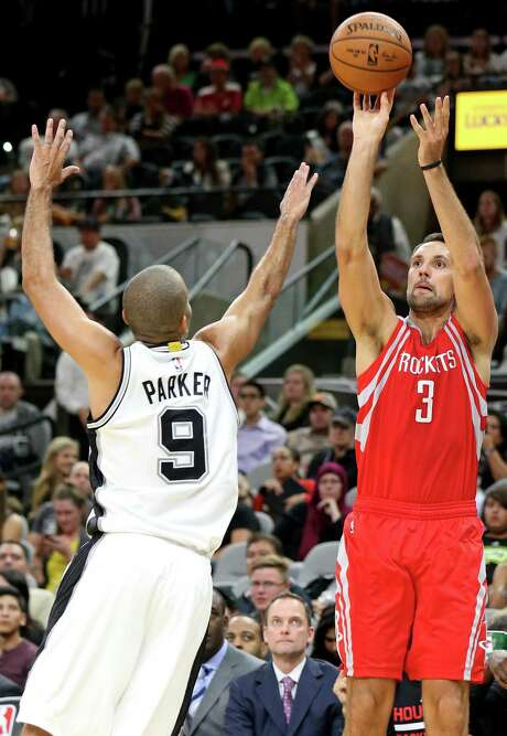 The Rockets' Ryan Anderson's stock in trade is his shooting, but he has shown the ability to work well on the offensive glass. Photo: Edward A. Ornelas, Staff / © 2016 San Antonio Express-News