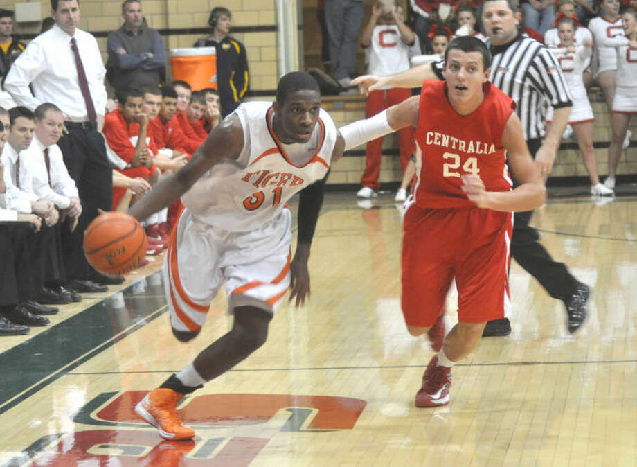 BOYS BASKETBALL EHS beats Centralia to earn Salem Invite title