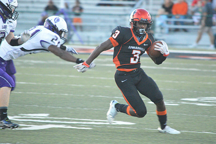 Running back Kendell Davis breaks a run to the outside in the first quarter of Friday's game against Collinsville.