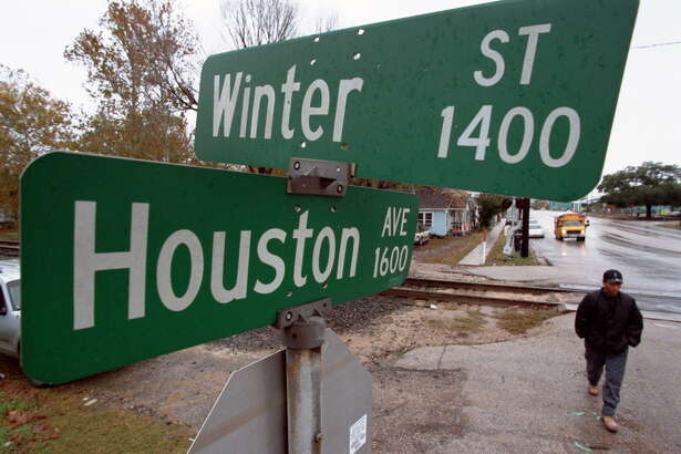 CONTACT FILED:  TRAFFIC SIGNS-HOUSTON Although not quite the official start of winter area residents were greeted with cold and rainy winterlike weather Monday including the area where Houston Avenue and Winter Streets intersect in the Heights.  The dreary weather is expected to continue into the week with a slightly decreased chance of rain on Tuesday.             12/9/02       Karl Stolleis/Houston Chronicle