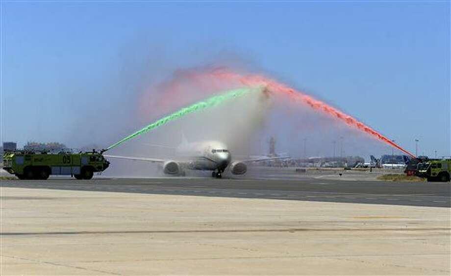 El avión que trasladó a la selección portuguesa de fútbol y el trofeo de la Eurocopa 2016 es recibido en el Aeropuerto Humberto Delgado de Lisboa, Portugal, el lunes 11 de julio de 2016. (AP Foto/Paulo Duarte) Photo: Paulo Duarte