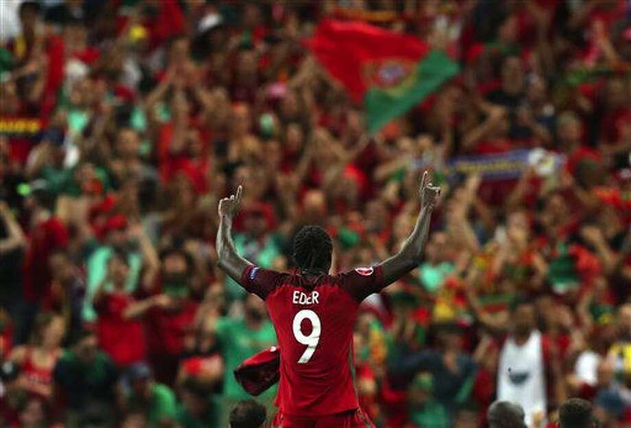 Eder festeja el triunfo de Portugal sobre Francia en la final de la Eurocopa 2016 en el Stade de France de Saint-Denis, al norte de París, el domingo 10 de julio de 2016. (AP Foto/Thanassis Stavrakis) Photo: Thanassis Stavrakis