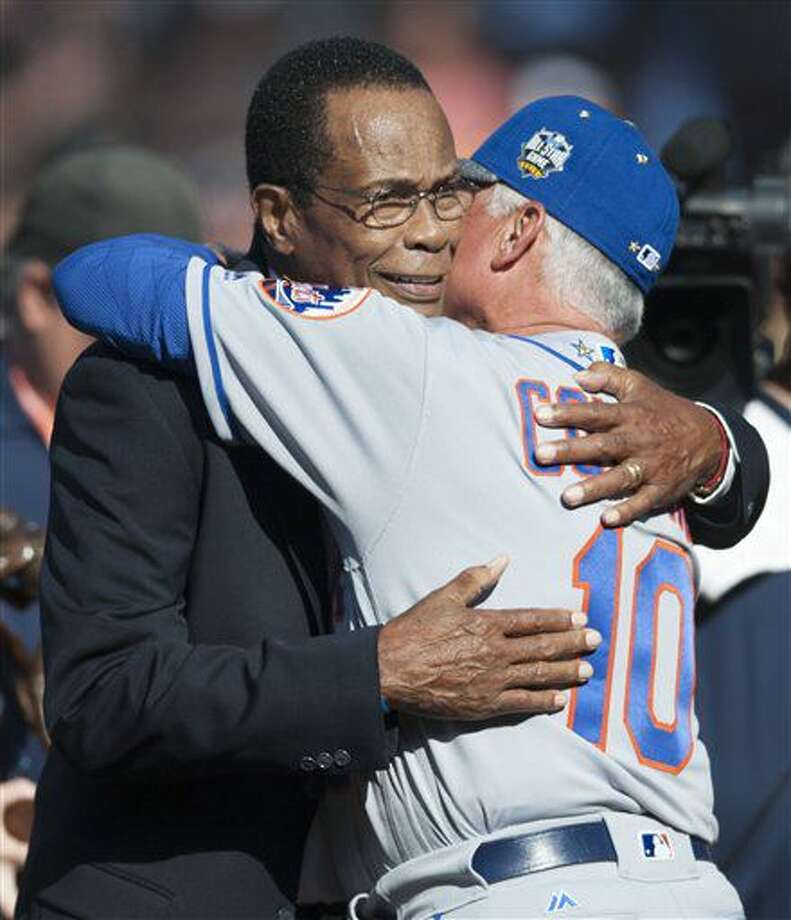 El panameño Rod Carew (izquierda) recibe el abrazo de Terry Collins, manager de los Mets de Nueva York, antes del Juego de Estrella realizado en San Diego el martes 12 de julio de 2016 (Kevin Sullivan/The Orange County Register via AP) Photo: Kevin Sullivan