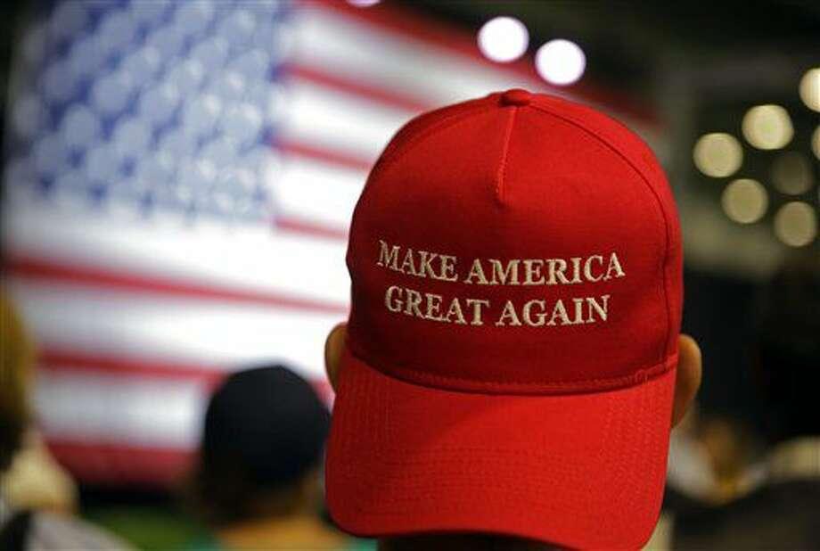 Partidarios del aspirante republicano a la presidencia Donald Trump espera a que comienza un mitin en Westfield, Indiana, el martes 12 de julio de 2016. (AP Foto/Michael Conroy) Photo: Michael Conroy