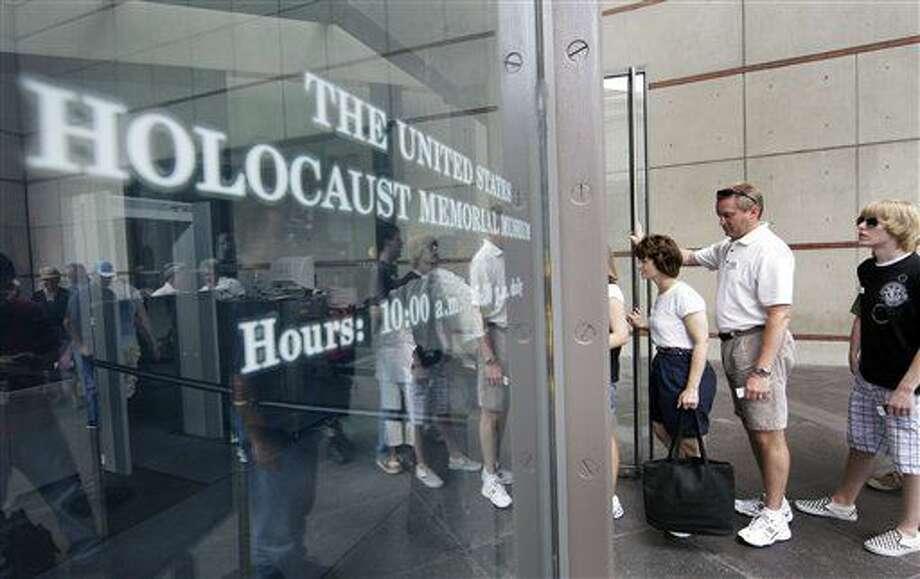 ARCHIVO - En esta fotografía de archivo del 12 de junio de 2009, varias personas hacen fila para ingresar al Museo Conmemorativo del Holocausto en Washington. (AP Foto/Alex Brandon, archivo) Photo: Alex Brandon