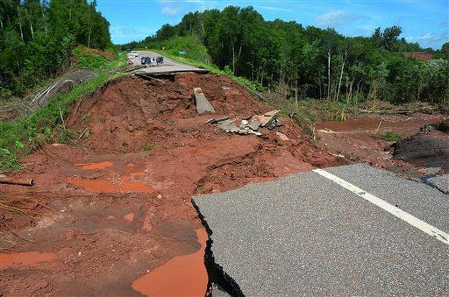 Un tramo de la carretera 13 de Wisconsin quedó destruido debido a las lluvias torrenciales que azotaron Highbridge en Ashland, Wisconsin, el martes 12 de julio de 2016. Diversas tormentas causaron tornados, lluvias torrenciales y fuertes vientos que resultaron en evacuaciones, viviendas dañadas, carreteras inundadas y que una quitanieves terminara en un árbol en partes de Minnesota, Michigan y Wisconsin. (AP Foto/Jeff Peters) Photo: Jeff Peters