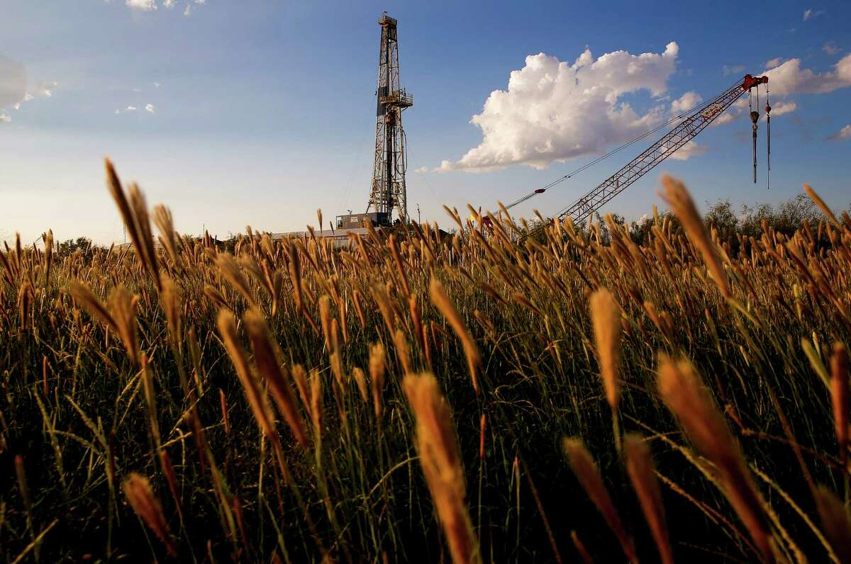 An Apache Corp. drilling rig sits north of the Davis Mountains in Balmorhea. The company recently announced the discovery of an estimated 15 billion barrels of oil and gas in the area and plans to drill and use hydraulic fracturing on the 350,000 acres surrounding the town. ( Michael Ciaglo / Houston Chronicle )