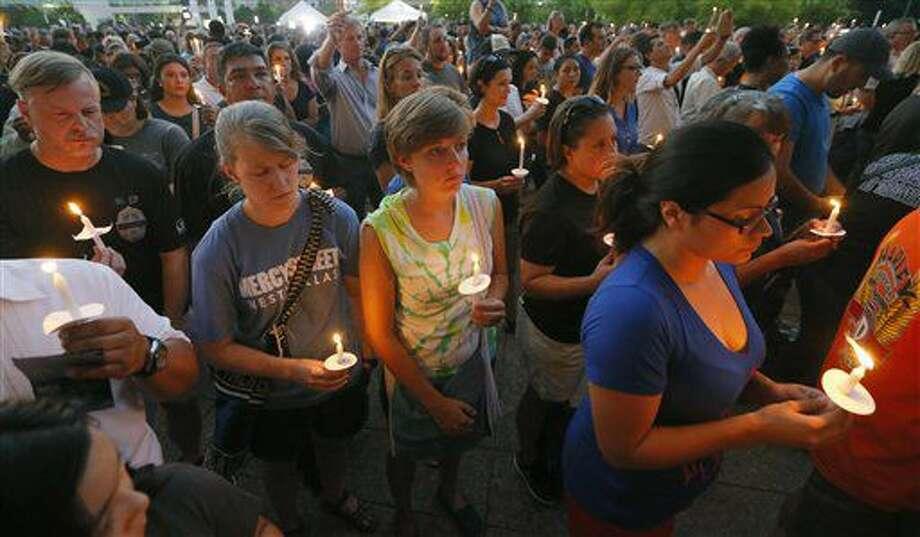 Cientos de personas participan en una vigilia en el Ayuntamiento de Dallas, el lunes 11 de julio de 2016, en memoria a los cinco policías que fueron muertos a tiros y los heridos en un tiroteo en el centro de la ciudad ocurrido la noche del jueves pasado. (AP Foto/Tony Gutiérrez) Photo: Tony Gutierrez