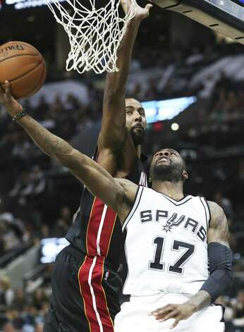 Jonathan Simmons gets a reverse layup as the Spurs host Miami at the AT&T Center on October 14, 2016. Photo: TOM REEL, STAFF / SAN ANTONIO EXPRESS-NEWS / 2016 SAN ANTONIO EXPRESS-NEWS