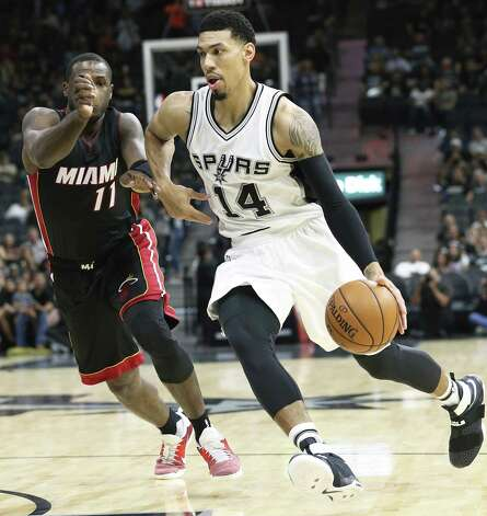 Danny Green drives past Dion Waiters as the Spurs host Miami at the AT&T Center on October 14, 2016. Photo: TOM REEL, STAFF / SAN ANTONIO EXPRESS-NEWS / 2016 SAN ANTONIO EXPRESS-NEWS