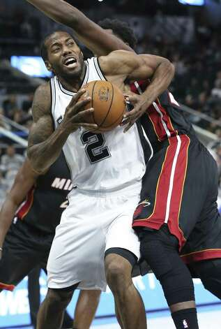Kawhi Leonard muscles his way into the lane as the Spurs host Miami at the AT&T Center on October 14, 2016. Photo: TOM REEL, STAFF / SAN ANTONIO EXPRESS-NEWS / 2016 SAN ANTONIO EXPRESS-NEWS